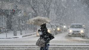 Фотогалерия: Сняг се сипе на парцали