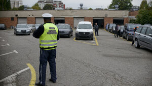 Кратки новини: Мъж блъсна полицай и избяга