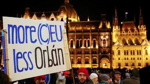 """Хиляди продължават да протестират срещу Орбан, """"Фидес"""" пак обвини Сорос"""