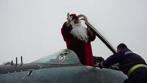 """Снимка на деня: """"Белобрадият боен пилот"""" кацна в Граф Игнатиево"""