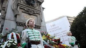 Снимка на деня: Пред паметника на Левски