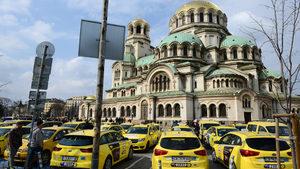 """Автомобили на приложението за такси """"Максим"""" са спрени от движение"""