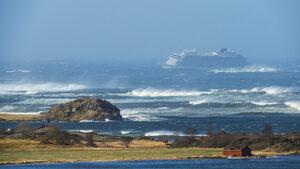 Стотици пътници се евакуират от круизен кораб, аварирал в буря край Норвегия