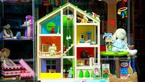 4+1 | Как YouTube влияе на пазара за детски играчки, тайната война на AirBnB и още