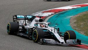 """Триумф на Хамилтън и хаос във """"Ферари"""" белязаха старт №1000 във Формула 1"""