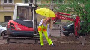 Видео: Мила Роберт възпя ремонтите в София с песента WTF