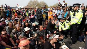 """Движението на екоактивисти в Лондон планира днес протест на летище """"Хийтроу"""""""