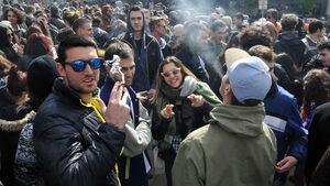 Фотогалерия: Да пушиш марихуана пред парламента