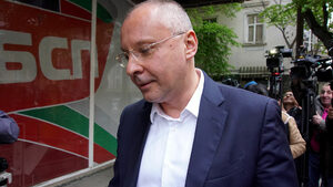 Прекалено дълго време БСП занимава обществото със себе си, смята Сергей Станишев