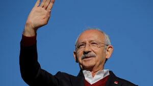Лидерът на турската опозиция бе нападнат на погребението на войник