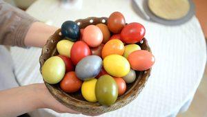 Корени от билката брош, куркума и лилаво зеле са нужни за естествено багрене на яйца