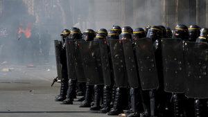 """Парижката прокуратура разследва призиви на """"жълти жилетки"""" към полицаи да се самоубиват"""