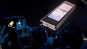 """""""Самсунг"""" отложи безсрочно смартфона със сгъваем екран"""