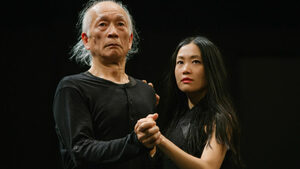 Баща и дъщеря, които танцуват, защото не вярват на думи