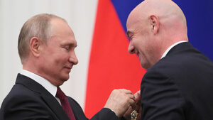 Снимка на деня: От Путин с любов - орден за шефа на световния футбол