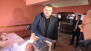 Снимка на деня: Как гласува Пеевски