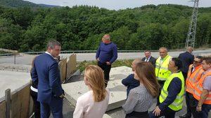 """Борисов продължава да кара джипа, за да инспектира как """"машините ядат камъни"""""""