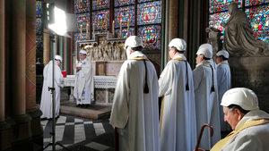 """Снимка на деня: Свещеници с каски на първата литургия в """"Нотр Дам"""" след пожара"""