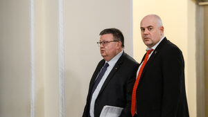 Едно наум: Цялото прокурорско войнство спасява медия на Пеевски