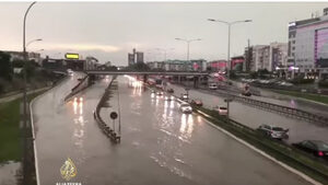 """Белград на вода"" - порой блокира пътища, затвори детски градини и изкара плувец на улицата"
