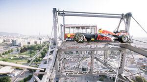 """Снимка на деня: Болидът от Формула 1, който """"кацна"""" на Виенското колело"""