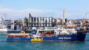Кораб със спасени мигранти навлезе в италиански води въпреки забрана