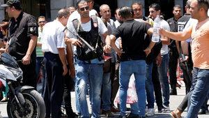 Двама самоубийци се взривиха в Тунис, загина полицай