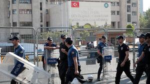 Турция отстрани трима кметове и задържа над 400 души в операция срещу ПКК