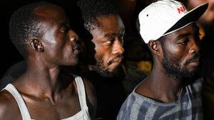 """Италиански съд нареди мигрантите на кораба """"Оупън армс"""" да слязат на Лампедуза"""