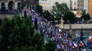 Близо 5 хил. души протестираха срещу президента и премиера на Чехия