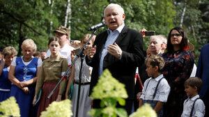 Скандали с висши служители удариха одобрението за управляващите в Полша