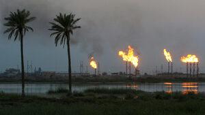 Петролът с лек спад, след като скочи с 15% в понеделник