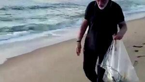 Индийският премиер събра боклуци от живописен плаж
