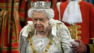 Кралица Елизабет Втора скъса с традицията и сложи по-лека корона