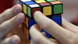 Робот нареди кубчето на Рубик с една ръка