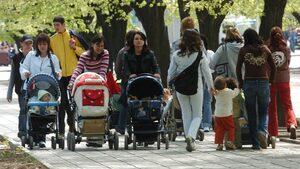 Българките - силно присъствие във властта, но твърде много домакинска работа