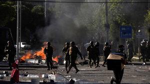 """""""Чили е във война"""" - протестите вбесиха президента и тази нощ действа полицейски час"""