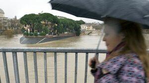Проливен дъжд, съпроводен с градушка, наводни центъра на Рим