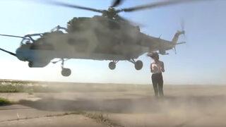 Видео: Боен хеликоптер прелетя на сантиметри от журналистка