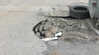 Пропадане на асфалт до улична шахта