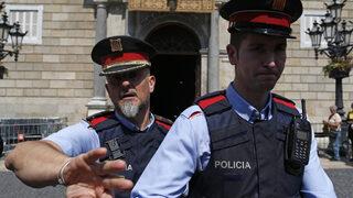 Мъж нападна полицаи пред участък в Каталуня с викове за Аллах
