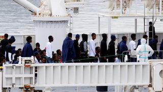 Италия не разрешава на 177 мигранти да слязат от кораб, акостирал в Сицилия