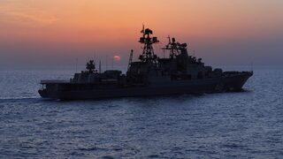 """Русия струпва край Сирия най-голямата група кораби от 2015 г. насам, пише """"Известия"""""""