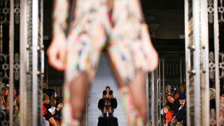 Фотогалерия: Къси поли, дантели и волани в модата за Брекзит