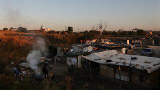 """Фотогалерия: Защо <span class=""""highlight"""">роми</span> в Испания чакат с тревога живота извън разрушения им лагер"""