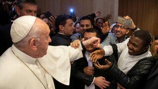 Католици спорят защо папата не дава да целуват пръстена му (видео)