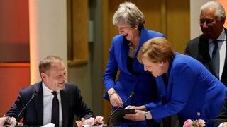 Снимка на деня: Как Ангела Меркел разсмя Тереза Мей