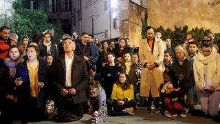 """Видео: Французи пеят """"Аве Мария"""" пред пламналата """"Нотр Дам"""""""