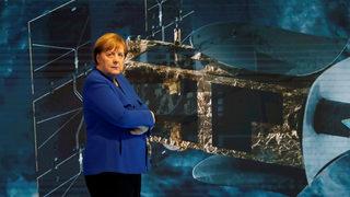 Почитателка на Меркел катастрофира в самолета ѝ