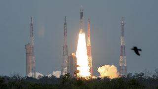 Видео: Индия изстреля космически апарат към обратната страна на Луната